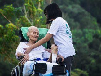 Cómo Elegir a un Cuidador para una Persona Mayor