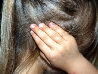 El cuidado de los oídos es muy importante por la influencia que existe entre este sonido y el descubrimiento del mundo exterior. Es decir, es fundamental establecer relaciones sociales saludables a partir de la escucha activa, por ejemplo, que favorece el entendimiento. El oído es un órgano muy sensible como muestra, por ejemplo, el dolor de una otitis. Por esta razón, es recomendable fomentar el cuidado de los oídos con consejos sencillos. Regulación del volumen Si tienes la costumbre de utilizar cascos para escuchar música es fundamental que moderes el volumen de tal forma que este sonido no te aísle del ruido del entorno ya que esta información es muy positiva para la salud. De hecho, es recomendable que regules el uso de los cascos para no convertirlo en una norma. Además, ten cuidado con la exposición al ruido en entornos con mucha contaminación acústica. Evita la humedad en el oído Después de bañarte, ducharte o después de salir de la piscina, es recomendable que te quites la humedad en esta zona. Desde el punto de vista de la higiene, cada vez existe una mayor conciencia social sobre lo poco recomendable que es utilizar bastoncillos para eliminar la cera. Elimina este producto de tu casa. Si crees que tienes algún tipo de tapón, acude al médico. Capacidad auditiva Nadie mejor que tú puede observas si has perdido oído. Por ejemplo, si tienes dificultad para escuchar qué te dicen en una conversación. En ese caso, si tú observas esta pérdida de audición acude al médico porque es muy importante este diagnóstico temprano. Turismo rural Esta es una buena fórmula para unir un objetivo de disfrute tan apetecible como el viaje con el objetivo de la salud que es una meta muy importante. En el entorno del pueblo puedes sentir que recuperas tu armonía natural, así como también puedes relajarte gracias a sonidos tan agradables como los de la naturaleza.